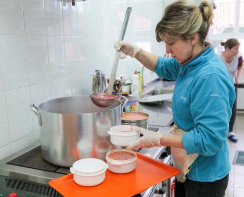 De soep wordt opgeschept in schaaltjes die thuisbezorgt worden bij de mensen